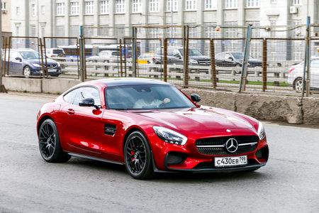 Moskou, Rusland - 2 maart 2018: Donkerrode supercar Mercedes-Benz Amg Gt in de stad straat.