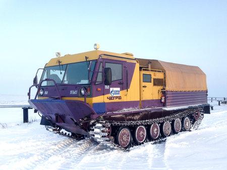 Yamal, Rusia - 20 de febrero de 2017: Servicio de gas sobre orugas Chetra TM-140 en el desierto de nieve polar.