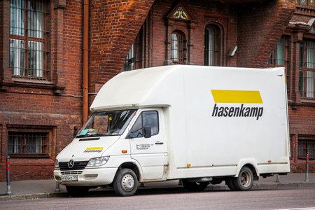 Mosca, Russia - 7 luglio 2012: Cargo van Mercedes-Benz Sprinter 413CDI nella via della città.