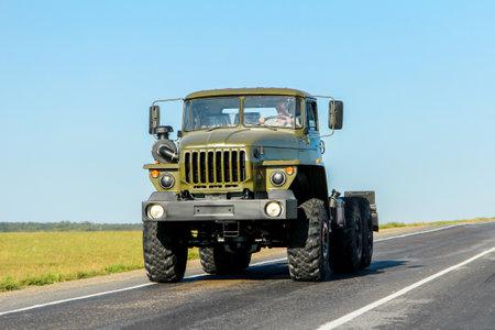 Bashkortostán, Rusia - 19 de agosto de 2011: Camión chasis del ejército nuevo Ural 4320 en la carretera interurbana.