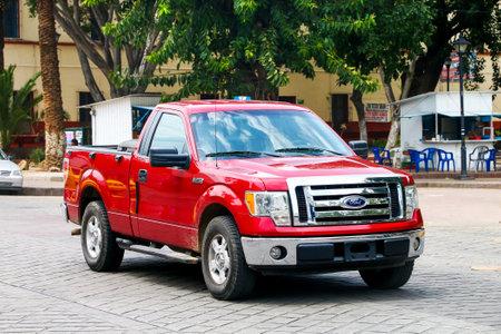 Oaxaca, México - 25 de mayo de 2017: Camioneta Ford Lobo en la calle de la ciudad.