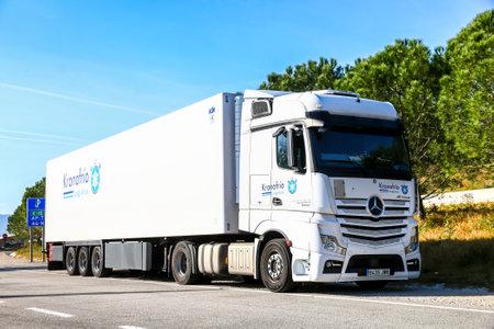 Cataluña, España - 9 de marzo de 2019: Camión semirremolque blanco Mercedes-Benz Actros 1848 en la carretera interurbana. Editorial