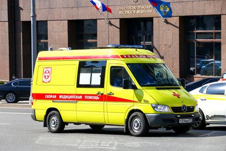 Moskau, Russland - 19. April 2019: Krankenwagen Mercedes-Benz Sprinter 311CDI in der Stadtstraße.