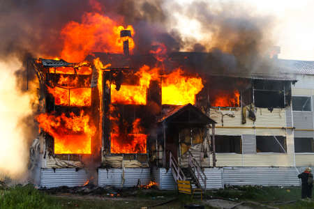 Incendie dans la vieille maison en bois Banque d'images