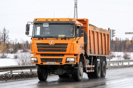 Novyy Urengoy, Rusia - 6 de octubre de 2012: Camión volquete Shaanxi Shacman SX3254 en la calle de la ciudad. Editorial