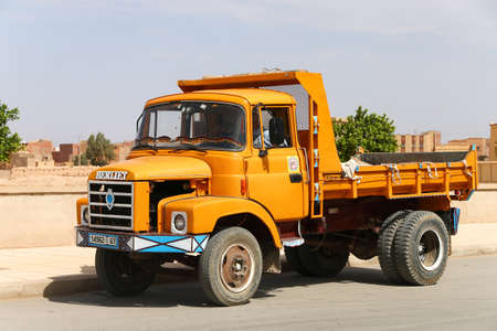 Rissani, Maroc - 26 septembre 2019 : Vieux camion à benne basculante jaune Berliet dans la rue de la ville.