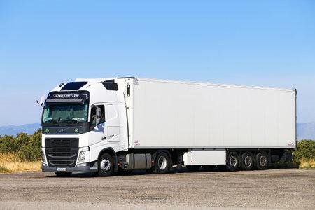 Aragon, Spagna - 9 settembre 2019: Camion semirimorchio bianco Volvo FH12.500 sulla strada interurbana.