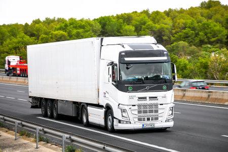 Occitanie, France - 10 septembre 2019 : Camion semi-remorque blanc Volvo FH12.500 à la route interurbaine. Éditoriale
