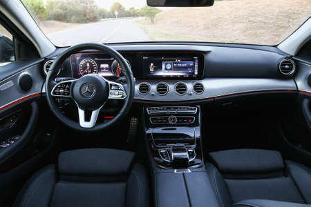 Katalonien, Spanien - 9. September 2019: Innenraum der Luxuslimousine Mercedes-Benz E220d (W213).