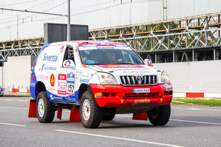 Moscú, Rusia - 7 de julio de 2012: el coche de rally Toyota Land Cruiser Prado KDJ120 de Vadim Saveliev participa en el rally anual Silk Way 2012.