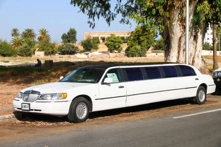 Fes, Marokko - 28. September 2019: Luxuriöses Stretchauto Lincoln Town Car in der Stadtstraße. Editorial