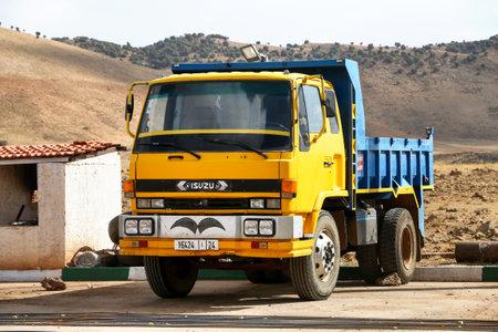 Province de Khenifra, Maroc - 27 septembre 2019 : Camion à benne basculante jaune Isuzu Forward dans la rue du village. Éditoriale