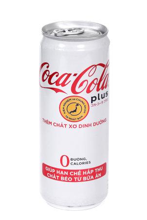 Novyy Urengoy, Russia - 4 gennaio 2020: Lattina di alluminio della Coca-Cola vietnamita Plus Them Chat Xo Dinh Duong isolata su sfondo bianco.