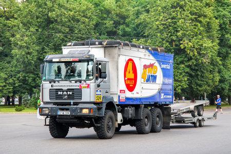 Moscú, Rusia - 7 de julio de 2012: camión de asistencia MAN M90 No 539 participa en el rally anual Silk Way 2012.