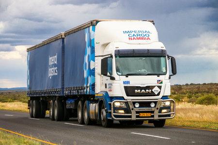 Omaheke, Namibie - 11 février 2020 : camion semi-remorque MAN TGS 26.440 sur la route interurbaine. Éditoriale