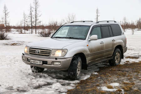 Novyy Urengoy, Russia - April 21, 2020: Offroad car Toyota Land Cruiser 100 in the spring tundra. 報道画像