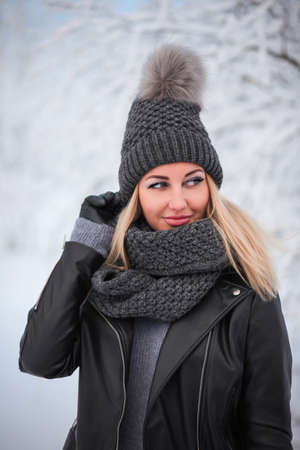 Pretty young woman in a winter forest Banque d'images