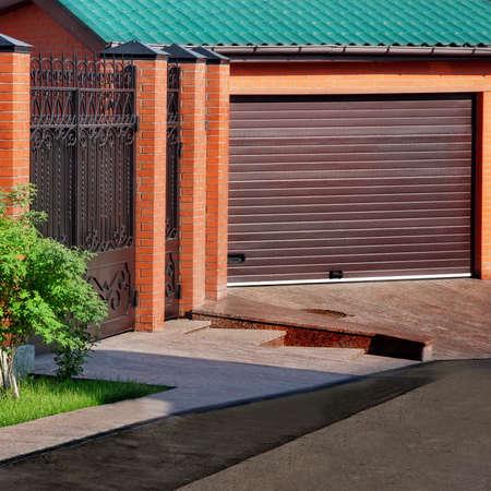 Automático de puertas de garaje y valla de ladrillo Foto de archivo - 30050435
