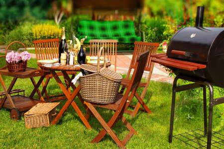 Summer Party barbacoa o picnic en el patio trasero. Efecto Tilt-shift. Foto de archivo