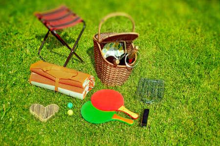 racquetball: Verano escena de picnic en el patio trasero de c�sped efecto Tilt-shift en el fondo Foto de archivo