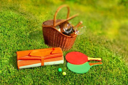 racquetball: Cesta de picnic, manta, racquetball en la hierba.
