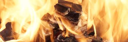 holzbriketts: Brennende Kohlen Close-up Hintergrund mit Platz für Text oder Bild Lizenzfreie Bilder