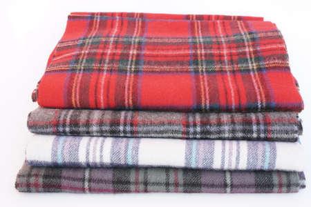 bufandas: Tartan bufandas con flecos. Diferentes estilos de bufandas a cuadros de color aislados sobre fondo blanco. Foto de archivo