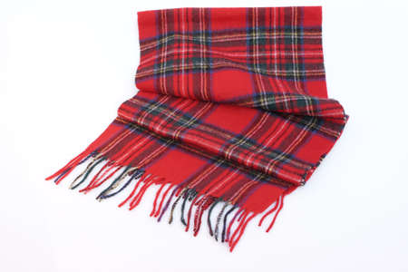 foulards: Caldo e morbido rosso Tartan Sciarpe isolato su sfondo bianco.