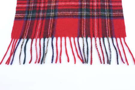 sciarpe: Caldo e morbido rosso Tartan Sciarpe isolato su sfondo bianco.