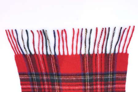 bufandas: C�lidos y suaves bufandas rojas tart�n aislados sobre fondo blanco.