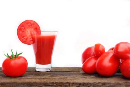 jugo de tomate: Jugo de tomate sobre tabla de madera aislada en el fondo blanco
