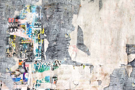 引き裂かれたポスターの背景を持つ古い看板