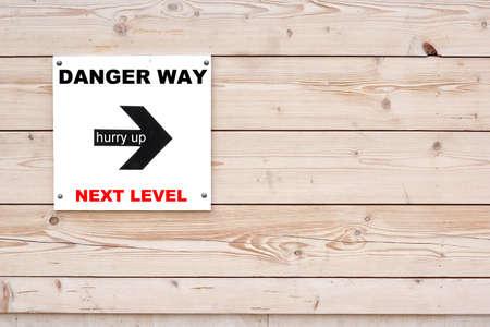 hurry up: PERICOLO WAY Next Level Hurry Up Black Segno e freccia su Lavagna. Legname muro bianco in sfondo