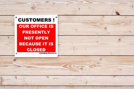 not open: Clienti! Il nostro Ufficio Attualmente non � aperto, perch� � chiuso. Direttore Avviso rosso segno bianco su sfondo parete in legno
