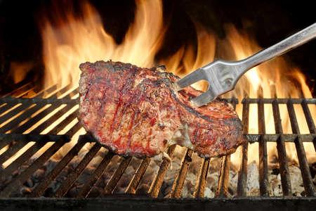 llamas de fuego: Tenedor en las costillas de cerdo barbacoa en el Flaming Grill
