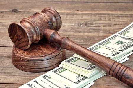 dinero falso: EE.UU. D�lar Billetes y Jueces Mazo en la tabla de madera
