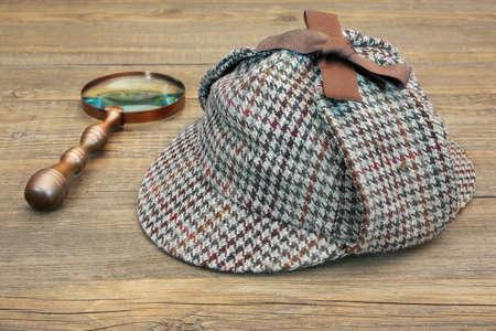 Sombrero o de cazador Hat y Retro Lupa de mesa de madera Foto de archivo - 35565827