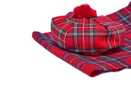 pokrývka hlavy: Tradiční skotský Red Tartan Bonnet a šátek muži pokrývky hlavy a šály izolovaných na bílém pozadí.