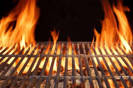 carne asada: Llama Fuego vacío Barbacoa Parrilla de carbón caliente con carbones encendidos en el fondo Negro