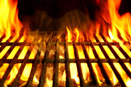 llamas de fuego: Vaciar Barbacoa Clean Hot Flaming Grill Primer plano Fondo Aislado Foto de archivo