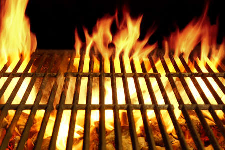 Lege Barbecue Clean Hot Flaming Grill Close-up achtergrond Geïsoleerd Stockfoto