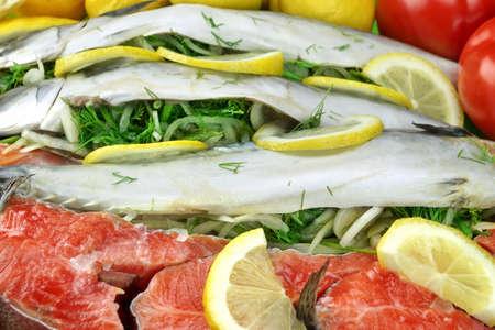 Schotel Met Verse gevulde vis Zalm Steaks, schijfje citroen en kruiden Close-up Achtergrond