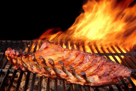 Gegrilde barbecue Varkensvlees ribben op Hot Flaming Grid Stockfoto