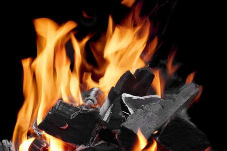 holzbriketts: Close-up Der Flaming Holzkohle in den Kamin Auf Dem Schwarzen Hintergrund