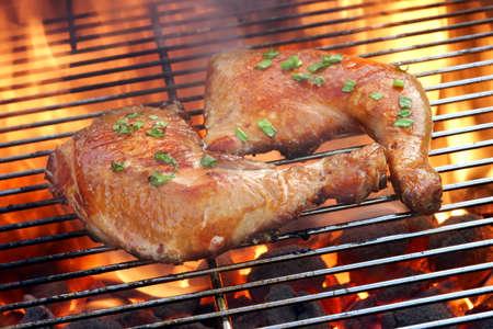 pollo rostizado: Dos cuartos de pollo glaseado en el Hot barbacoa de carbón Flaming Grill Primer plano. Foto de archivo