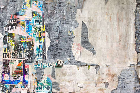 graffiti: Resistido viejo de madera de la cartelera con Torn Posters. Antecedentes de la vendimia y textura para el texto o la imagen Foto de archivo