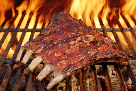 Tasty Smoked Pork Spare Ribs On The Hot Flaming  Barbecue Charcoal Grill Banque d'images
