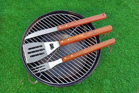 holzbriketts: Close-up Draufsicht Der Grill-Maut auf den BBQ Appliance gr�nen Hinterhof Rasen im Hintergrund Lizenzfreie Bilder
