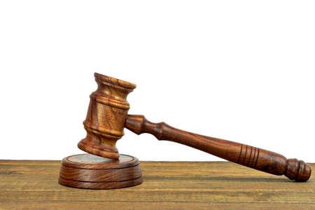 Los jueces o subastadores escritorio de madera áspera con martillo On The Sound Board Aislados En Fondo Blanco Con Copia Espacio. Sistema Judicial Concepto Foto de archivo - 43089551