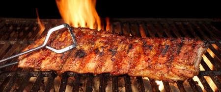 Baby Back o cerdo Costillas BBQ Asado en el Hot Flaming Parrilla de carbón Foto de archivo - 46224180